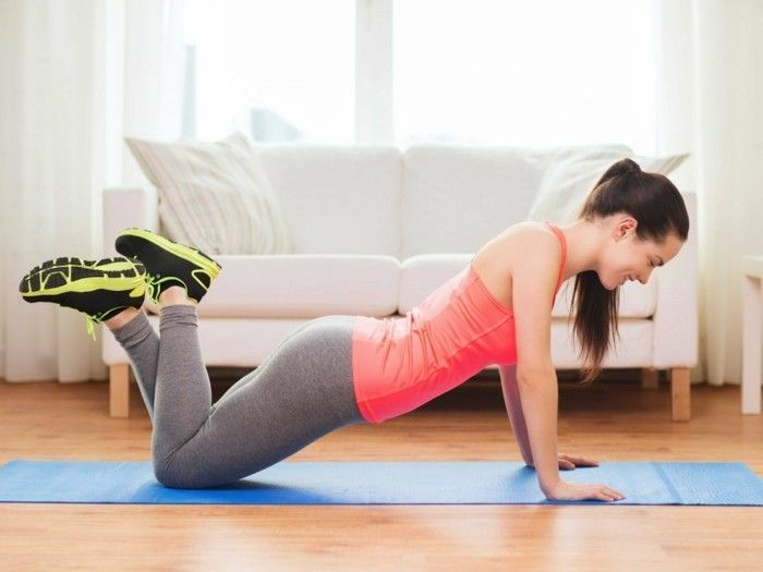 13workout-for-home-Italiaans-test-arm-yoga-mate-blauw-wit-bank-Parkettboden