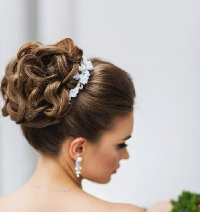 2-signore acconciature-alti capelli marrone-capelli ricci accessori-wedding-sposa