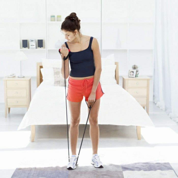 workout-for-home-arm oefeningen-rubber band-patroon tapijt-double bed