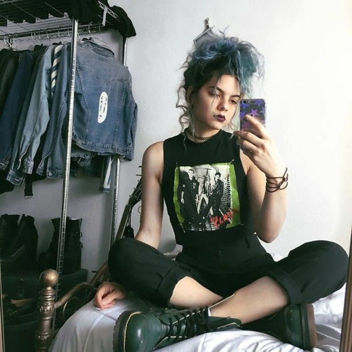 Punk fashion negli anni  80 - Punk girl con pantaloni neri e scarpe in pelle 550d4d66aac7