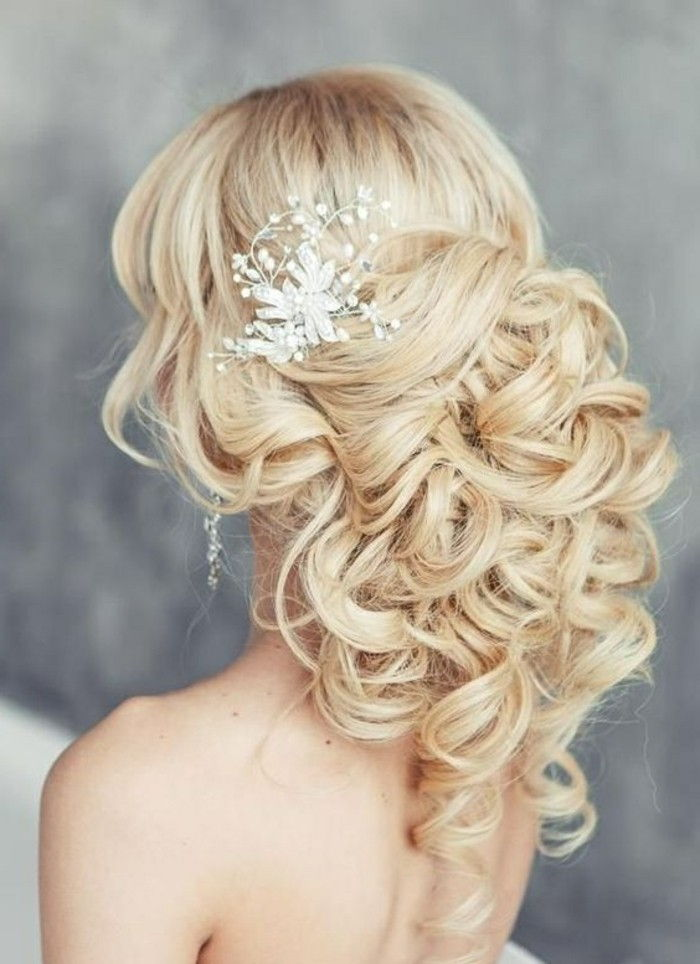 9 kapsels-blonde-lang-curly-hair-wedding dames kapsel Vrouw-brouwt-Accessoires