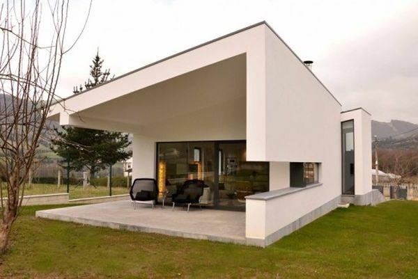 Gut Fachada Branca E Poltrona Com Vista Para O Campo Para Um Design  Impressionante Em Casa