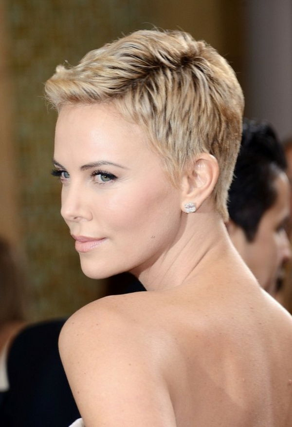 Charlize Theron-with-a-kort kapsel