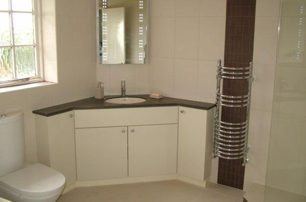 Hoek wastafel met badmeubel voor de badkamer