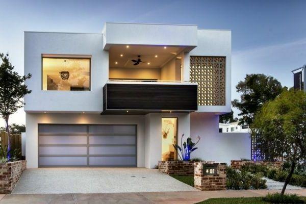 Bom Terraço E Grande Garagem Na Casa De Luxo Branco