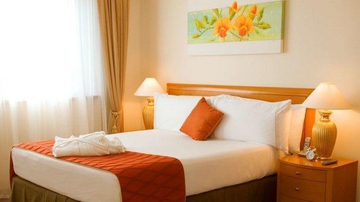 Decorare e decorare la camera da letto in arancione
