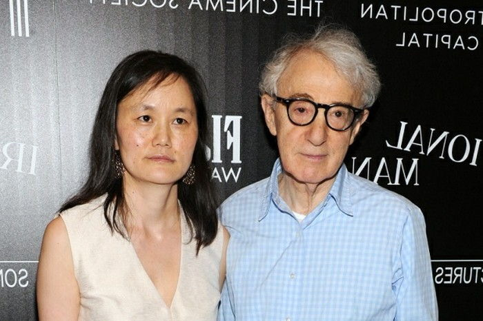 "NEW YORK, NY - JULY 15: Woody Allen a Soon-Yi Previn navštevujú premietanie Sony Pictures Classics' ""Irrational Man"" hosted by The Cinema Society with FIJI Water & Metropolitan Capital Bank at Museum of Modern Art on July 15, 2015 in New York City. (Photo by Craig Barritt/Getty Images for FIJI Water)"
