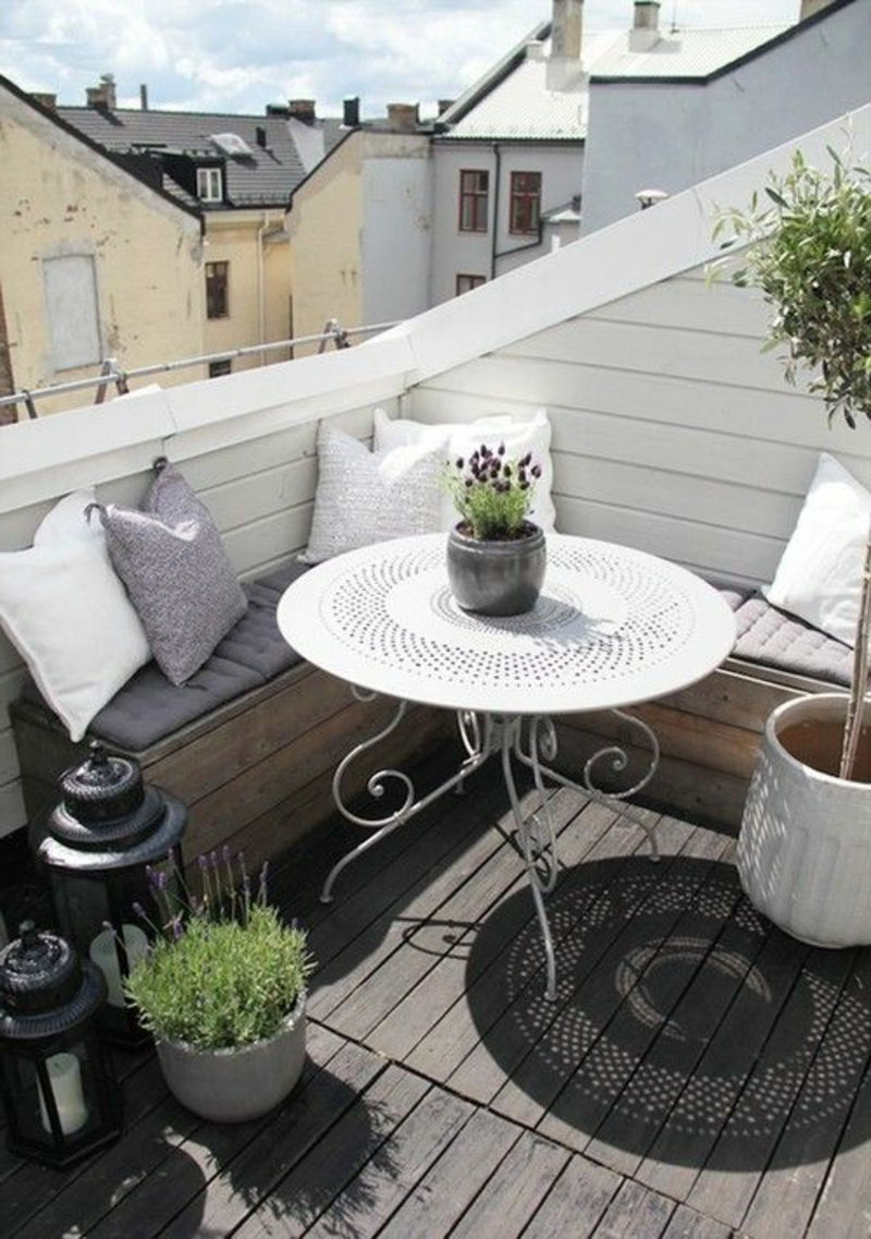 balkon-planting-nice-round-table-in-white-color