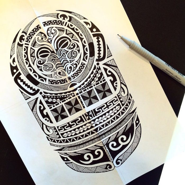 un tatuaggio nero maori con una cosa nera con carta nera e uno schizzo m