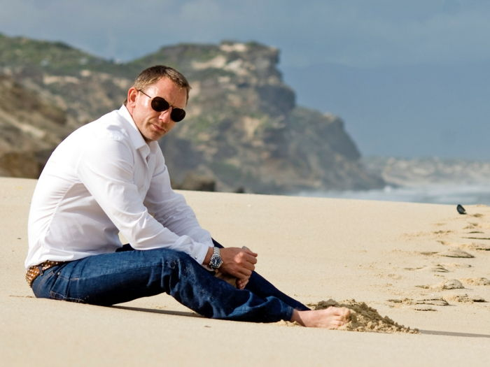 daniel craig on the beach jeans marrone cintura camicia bianca occhiali grande acconciatura da polso