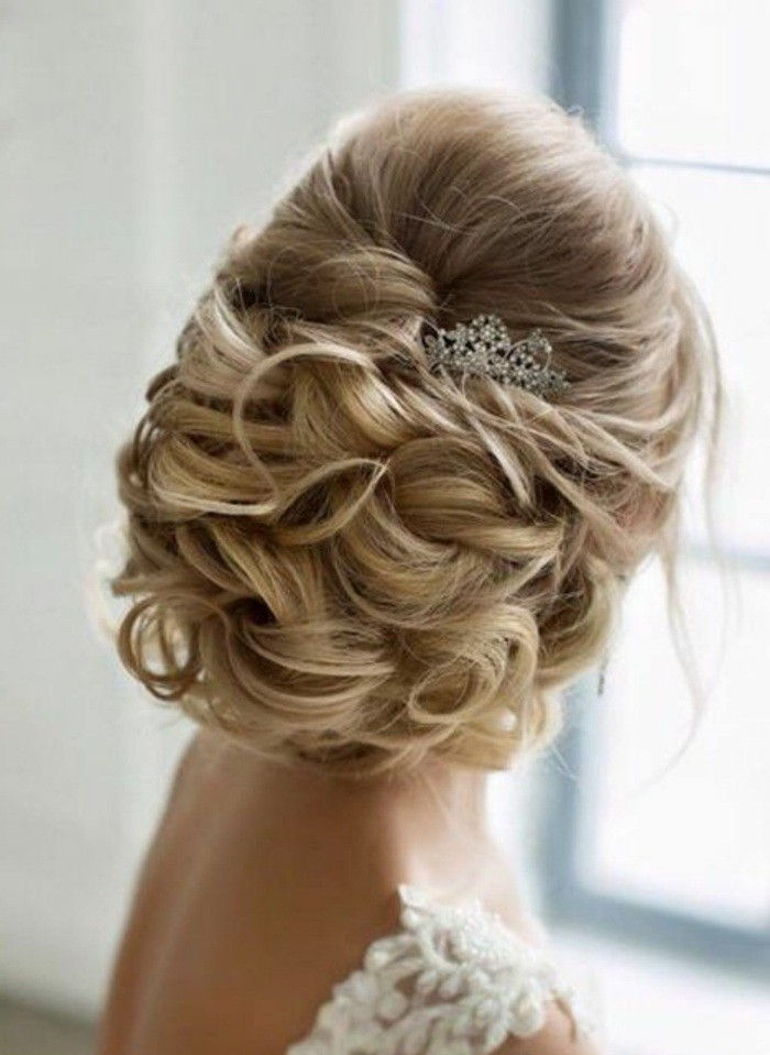dames kapsels-blonde-hair-brouwt-curly-accessoire-wise-dress-bruidskapsel
