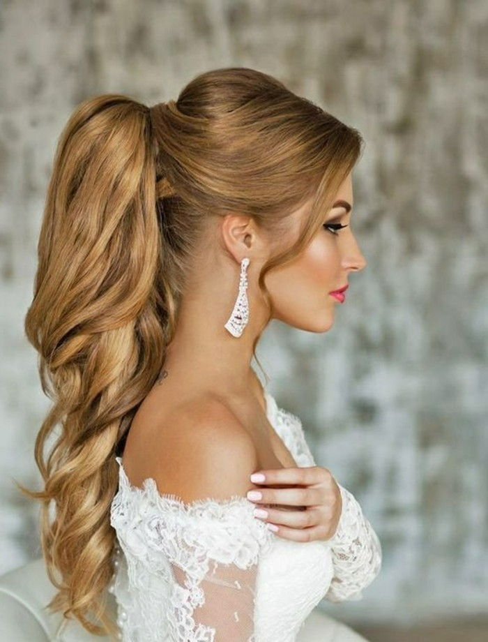dames kapsels Long-blonde-curly-hair-brouwt-wedding-manicure-make-up-dress