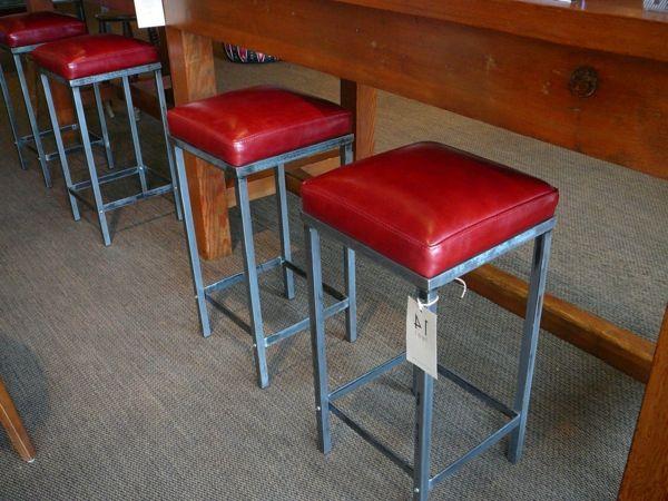 Gli sgabelli da bar rossi donano eleganza ad ogni cucina