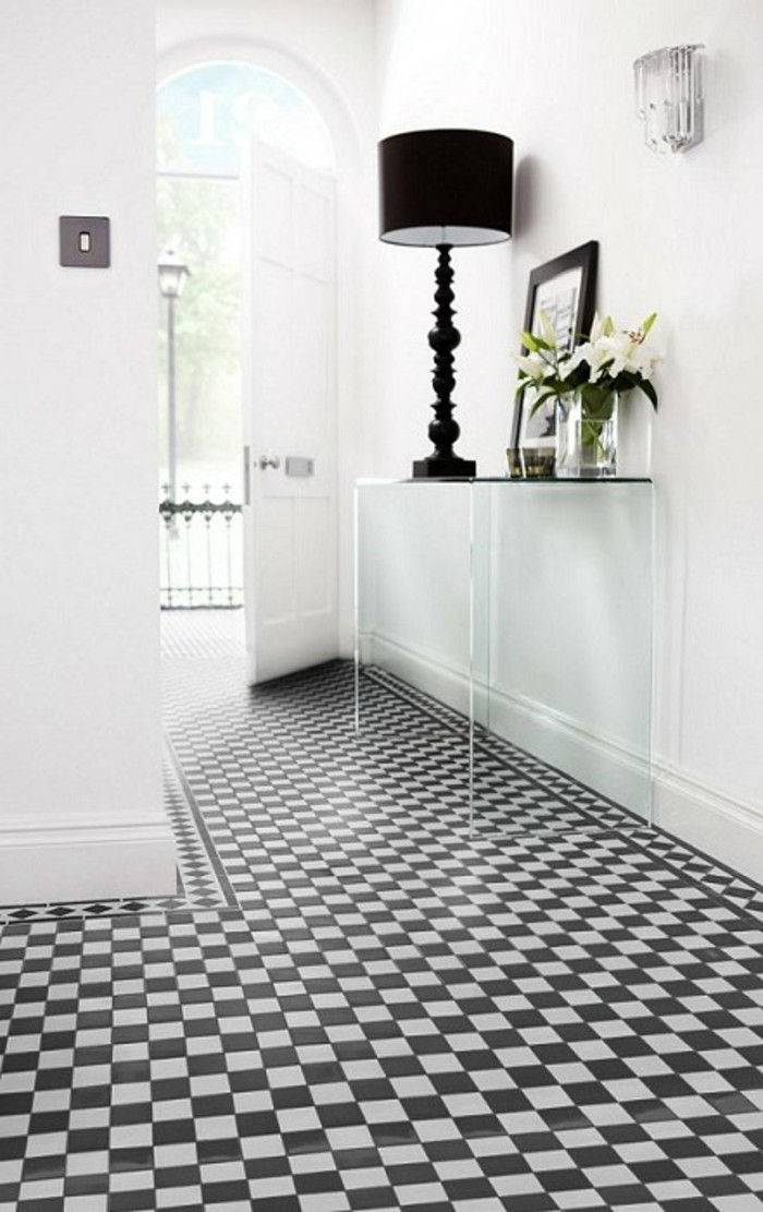 corridor-tiles-gang-design-in-black-as-vierkantjes