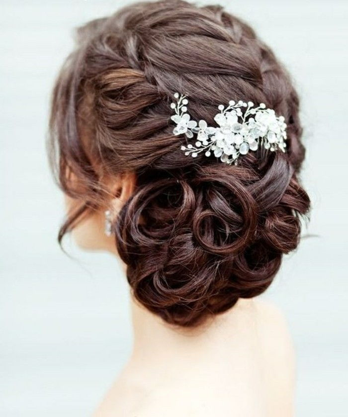 kapsels-vrouwen-brown-curly-hair-brouwt-updo-wedding-accessoire