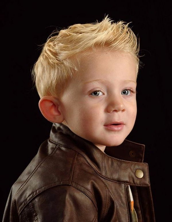 frisyrer-for-boys-blonde-hair-black-bakgrund