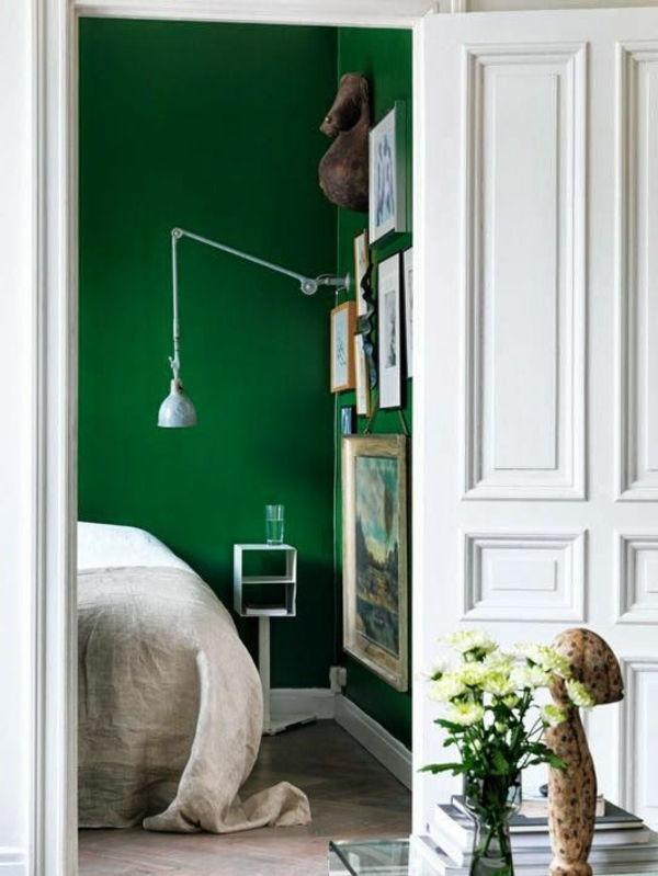 green-wall design-for-slaapkamer-white-deur
