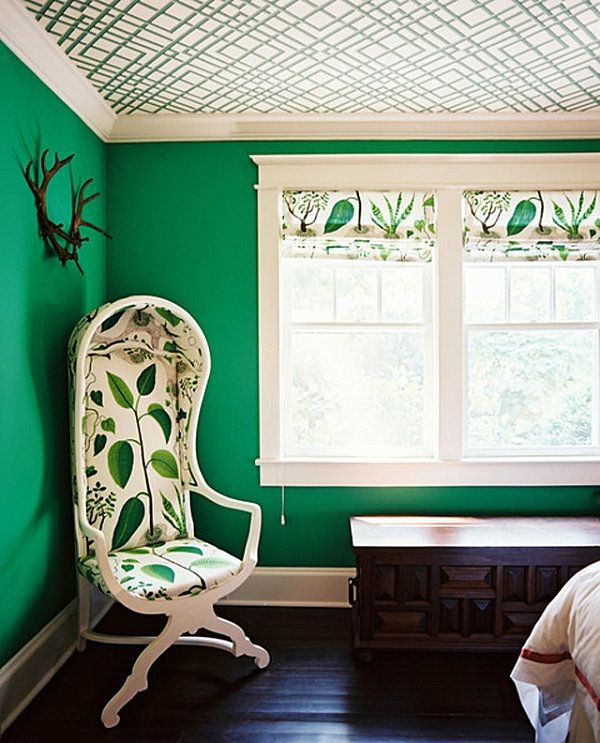 green-wall design-for-slaapkamer-white-stoel