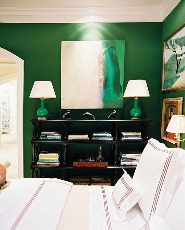 green-wall design-for-slaapkamer-twee-witte lampen