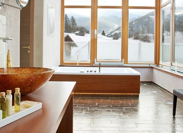 large-window-in-badkamer-with-a-cool-bad-met-schort