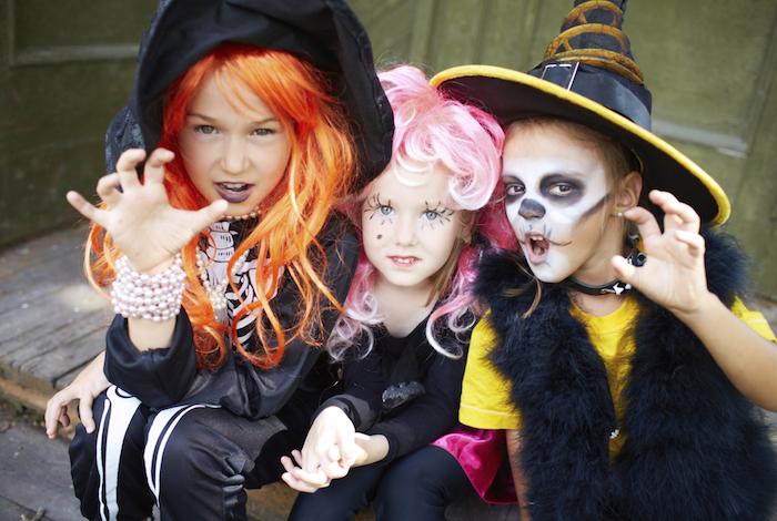 Halloween kostym för barn - två tjejer och en pojke klädd som häxor 393cf70aa1a05