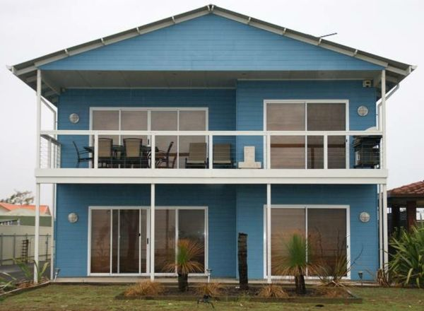 Hausfassade-color-blue-house-with-a-interessante-design
