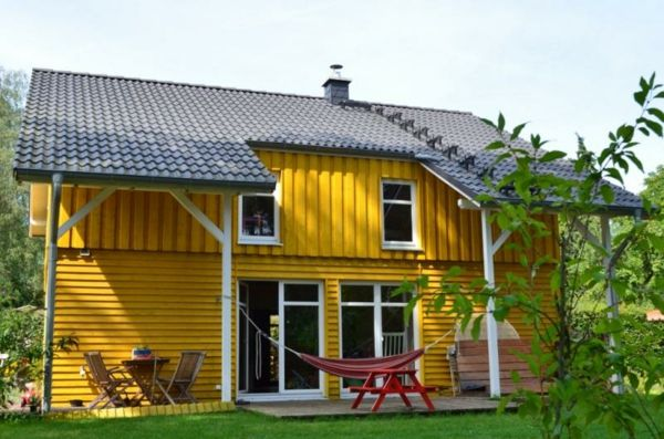 Hausfassade-color-small-geel-house
