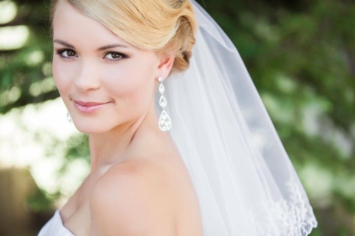ombra di nozze di diamante-orecchini-beige-sfumature the eye make-up-sottilmente-sorridente-donna-sposa-con-