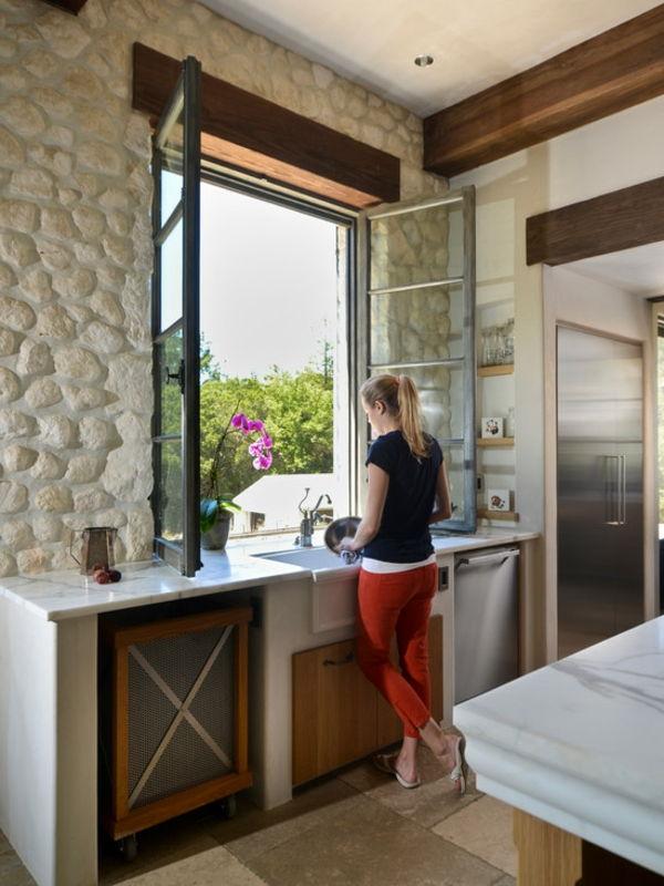 Interessante Küchebestaltung Steinwand  Com Uma Super Grande Janela
