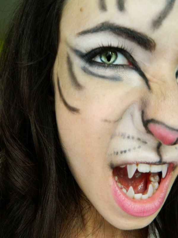 mačka make-up halloween dievča so zubami upíra