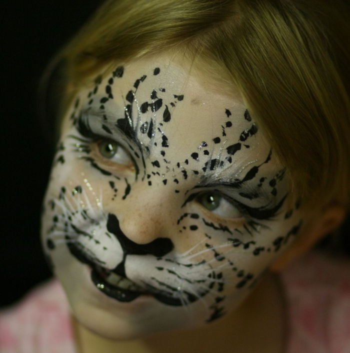 Leopard face-make-up-a-girl-with-molto-divertente-make-up