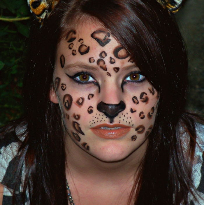 Leopard face-make-up-girl-with-marrone-capelli