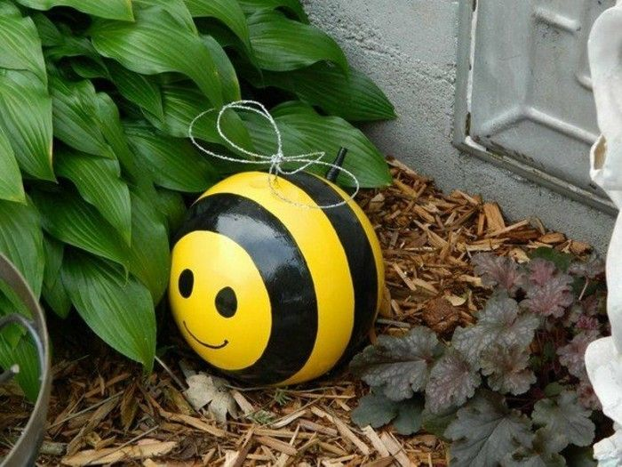 funny-Gartendeko-yourself-make-bee-robil-a-ball