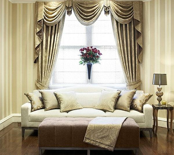 ondoorzichtige gordijnen in gouden kleurenschema voor een mooie woonkamer