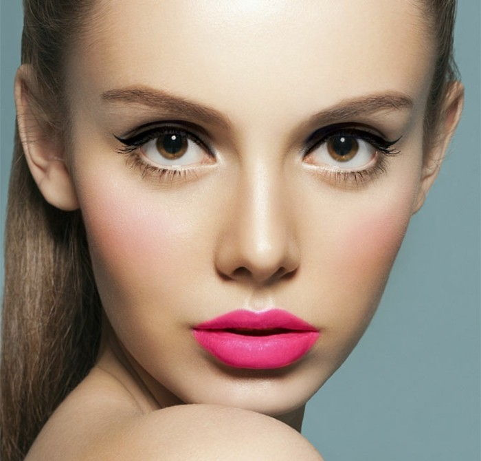 makeup-manual-face-makeup-lipgloss-läppstift-rosa-cyklamen-eyeliner-modell-big-ögon
