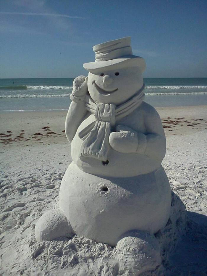 moderna-scultura di sabbia Snowman on-beach