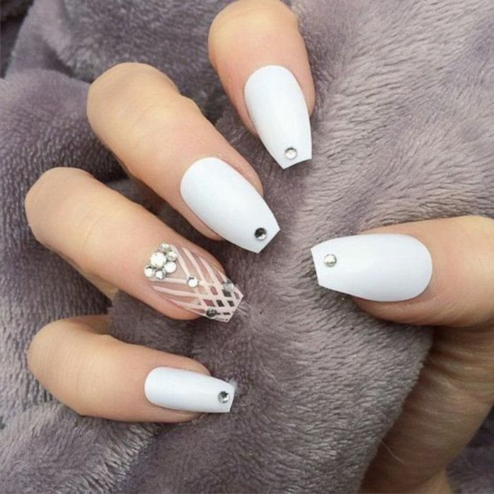 Nails hvit-gull-chic brand design-i-hvit-og-steinchen-subtile linjer-top-trend-of-år