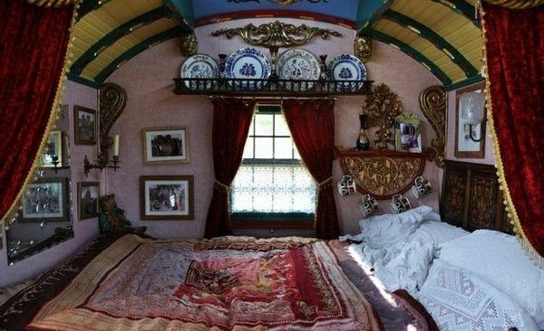 een extravagante slaapkamer oosterse gordijnen en porseleinen borden