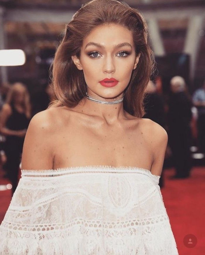 makeup-as-the-stars-gigi-Hadid-vit-blus naken-frsur-röda läppar ögon-makeup