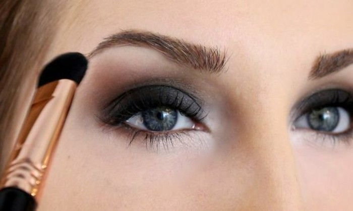 Silvester-make-up-accent-on-ögon-blå-vit-brush-make-up-party-look