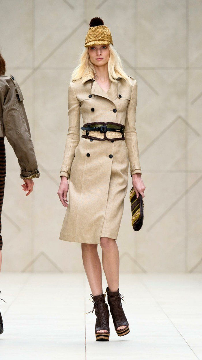 slim-fit Burberry trenchcoat-kombinerad-med-fancy skor
