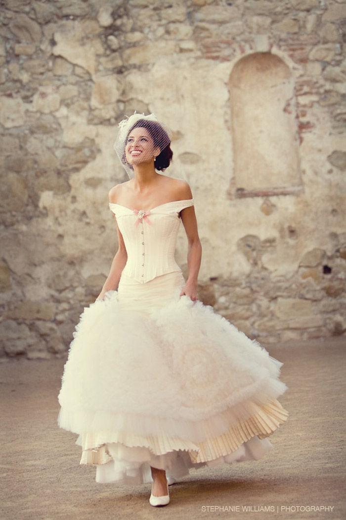 14f7c640fd24 vintage brudekjole med korsett i kombinasjon med hodeplagg i retrostil