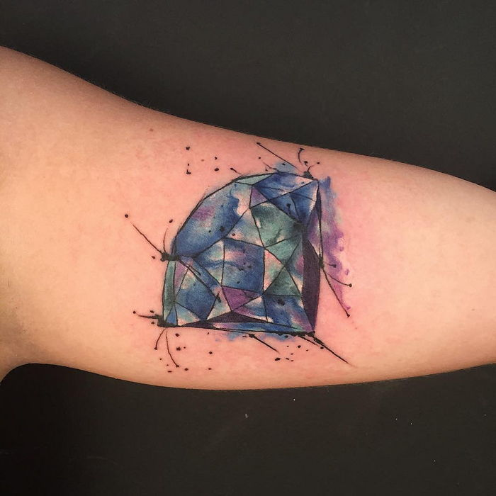 um diamante azul com nuances diferentes - Water Color Tattoo