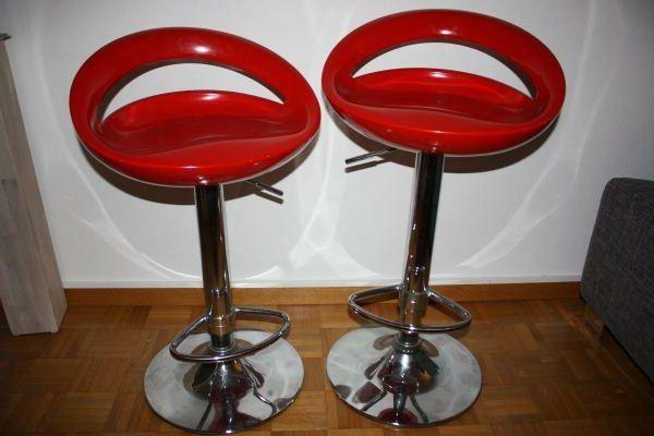 Gli sgabelli da bar rossi donano eleganza ad ogni cucina!